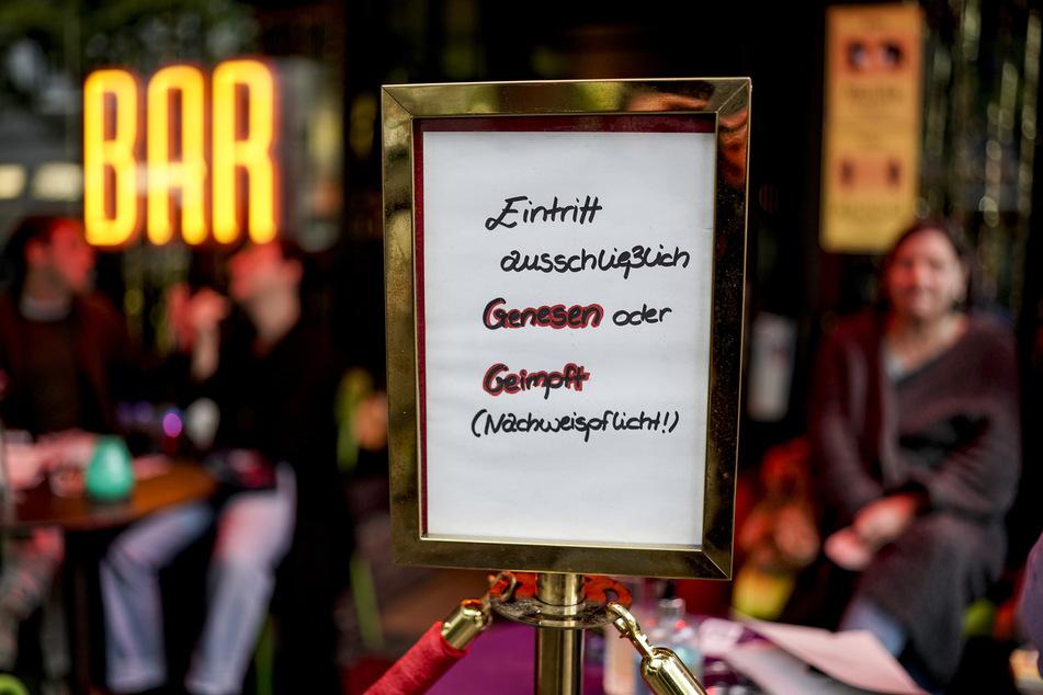 In Sachsen sollen Wirte und Veranstalter bald selbst entscheiden können, ob sie nur geimpfte und genesene oder auch negativ getestete Personen in ihre Lokalitäten einlassen. (Symbolbild)