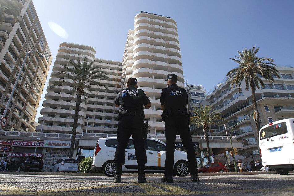 Zwei Polizisten im Einsatz vor dem Hotel auf Palma de Mallorca, in dem mehr als 200 Schüler in Corona-Zwangsquarantäne gesetzt wurden.