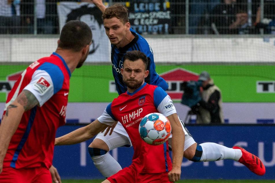 HSV-Defensivmann Moritz Heyer (h.) attackiert FCH-Stürmer Denis Thomalla.