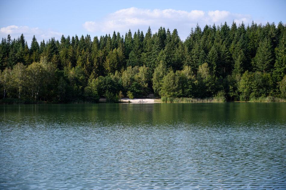 Tragischer Badeunfall: Mädchen (5) spielt mit Kindern am See und stirbt im Wasser