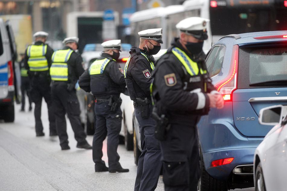 Polizisten verteilen im Rahmen einer Großkontrolle Strafzettel an Autofahrer, die sich nicht an das Durchfahrtsverbot für den Jungfernstieg halten.