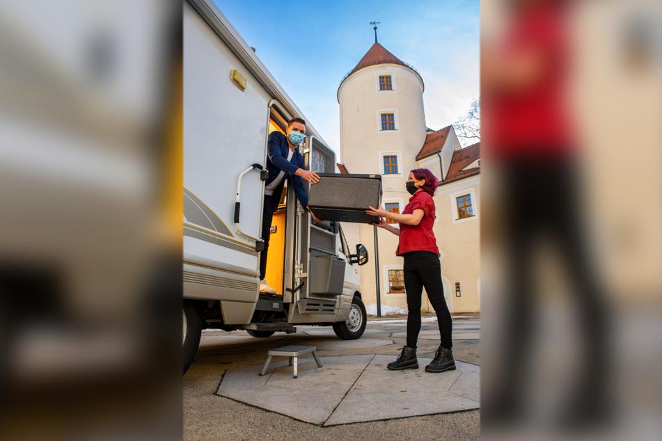 Anja Hoffmann (40) serviert Nico Werner (25) eines der exklusiven Menüs - direkt ans Wohnmobil.