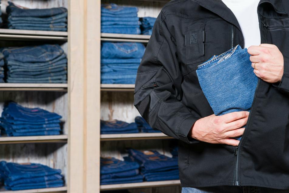 Halbnackter Dieb will Jeans in seiner Unterhose verstecken, dann bemerkt er sein Problem