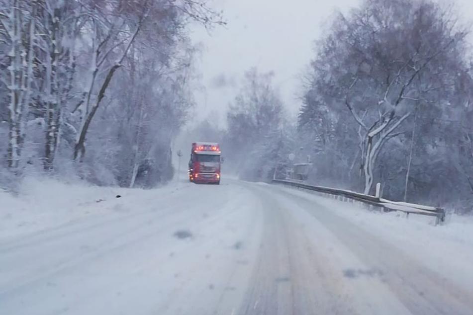 Schnee-Chaos in Sachsen: Wintereinbruch bringt Straßenverkehr vielerorts zum Erliegen