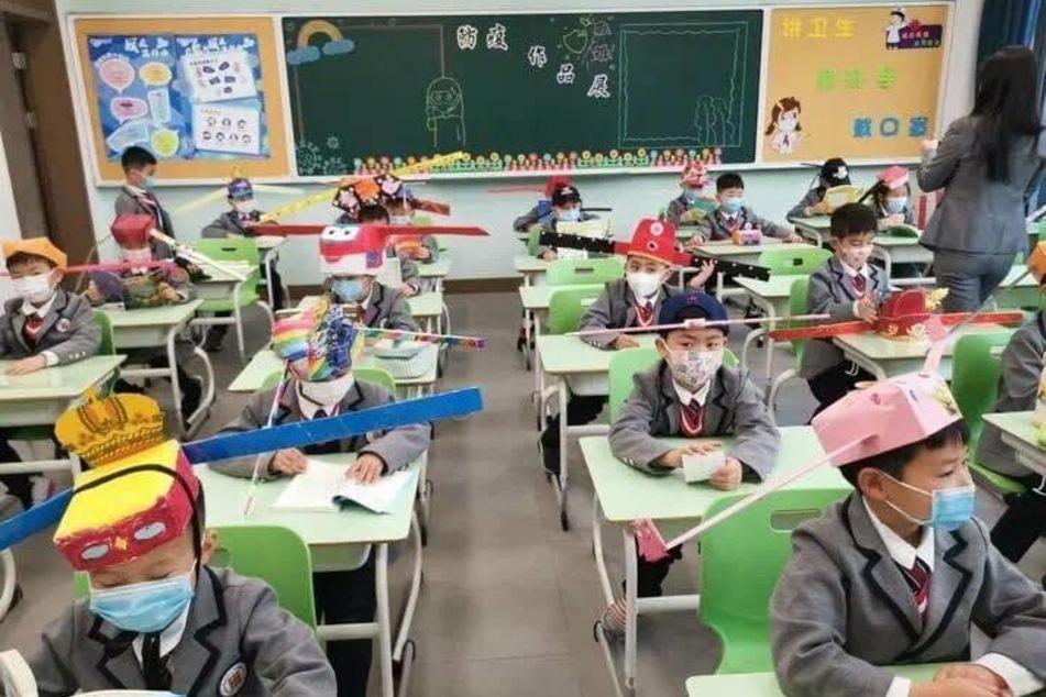 Mit lustigen Hüten: Diese Grundschüler kehren endlich wieder ins Klassenzimmer zurück