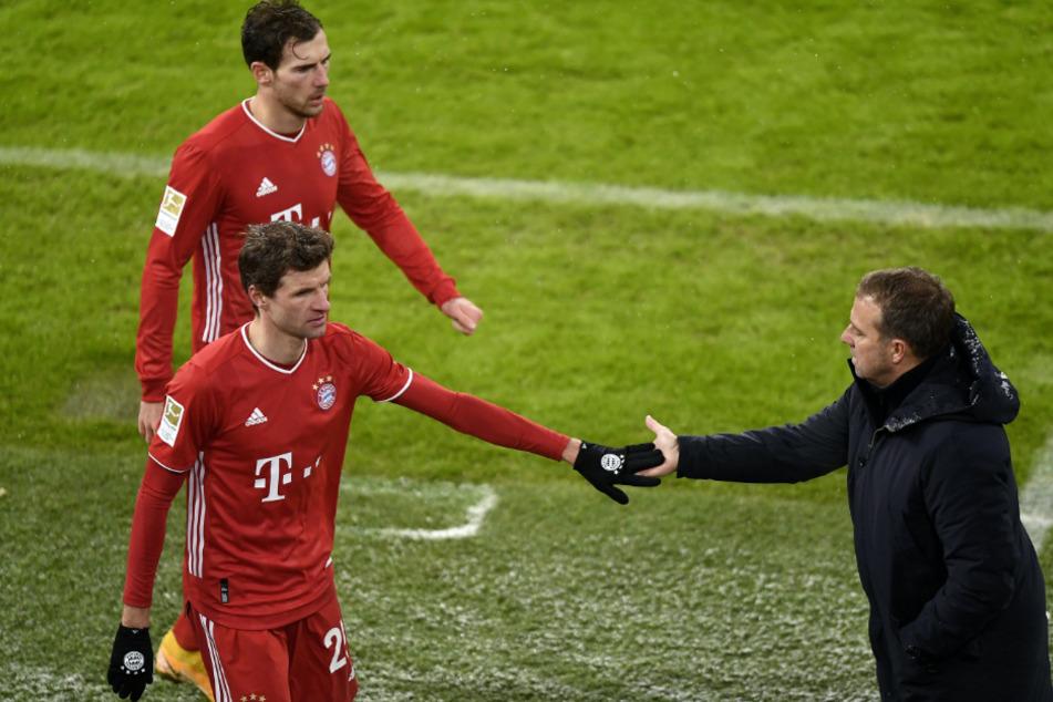 Thomas Müller und Coach Hansi Flick klatschen ab.