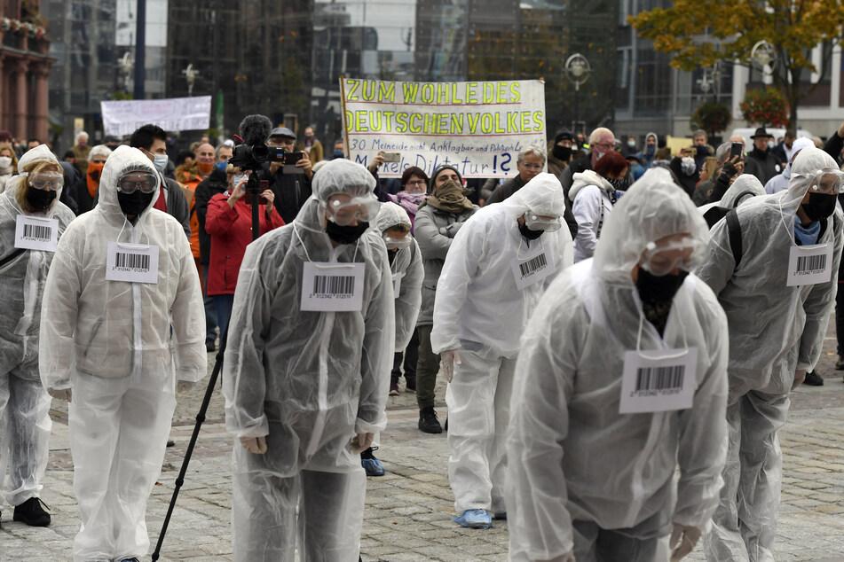"""Sogenannte """"neue Hygiene-Bürger"""" führen eine Demonstration der Anhänger der """"Querdenken-231""""- Organisation in der Dortmunder Innenstadt gegen die Coronaschutz-Massnahmen an."""