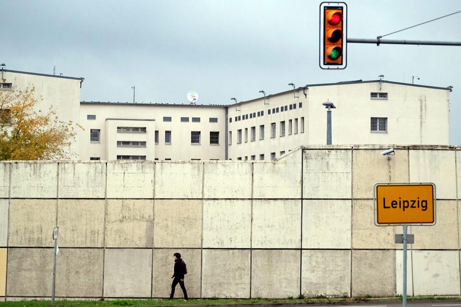 Leipzig: Angriff auf Gefängnis: Vermummte beschießen JVA mit Pyrotechnik