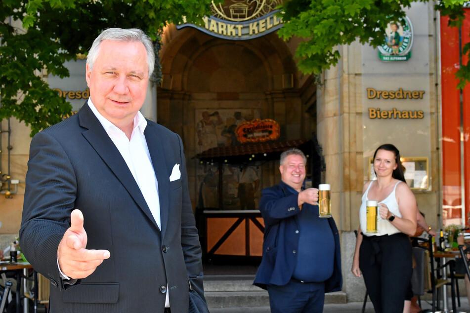 Roland-Kaiser-Double Steffen Heidrich (54, vorne) vor dem Altmarktkeller. Chef Heiko Meyer (58) und Mitarbeiterin Anne Franzke (32) freuen sich auf die Partys.