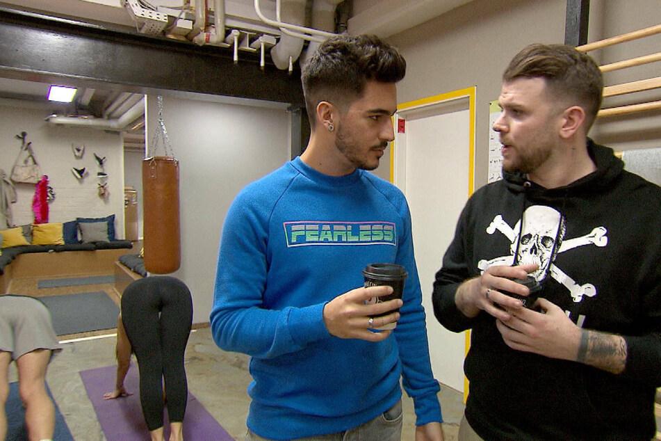 Paco (Joe Zorzetti, 2.v.r.) redet Olli (Patrcik Beinlich, r.) ins Gewissen.