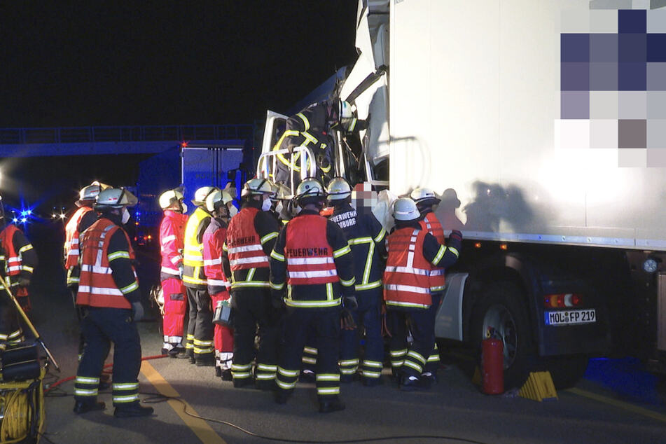 Rettungskräfte tragen den verletzten Fahrer.