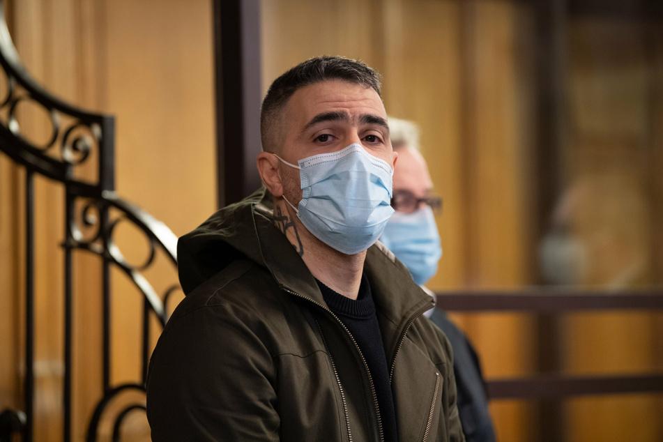 Anis Mohamed Youssef Ferchichi (44), bekannt unter dem Künstlernamen Bushido, sitzt als Nebenkläger im Prozess gegen den Chef eines bekannten arabischstämmigen Clans und drei seiner Brüder in einem Gerichtssaal.