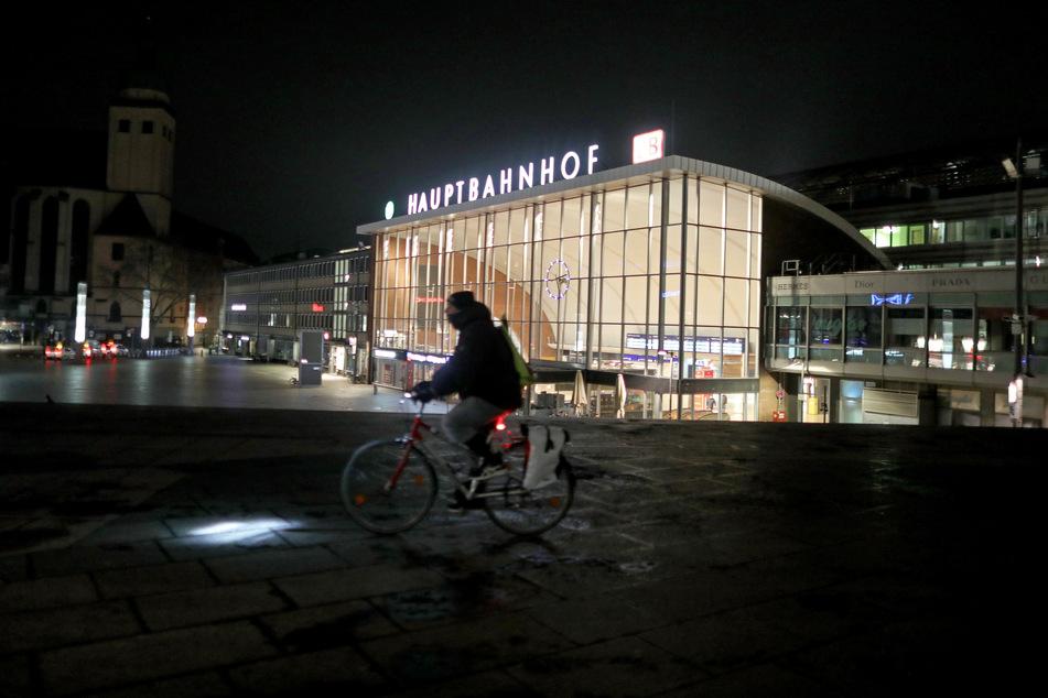 Am Kölner Hautbahnhof sind zwei Jugendliche festgenommen worden, die einer Seniorin den Koffer klauen wollten.