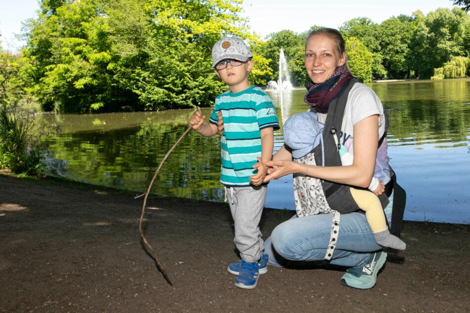 Kommen regelmäßig Schwäne gucken: Claudia Zowalla (35) mit Tochter Julia (6 Monate) und Sohn Florian (3).