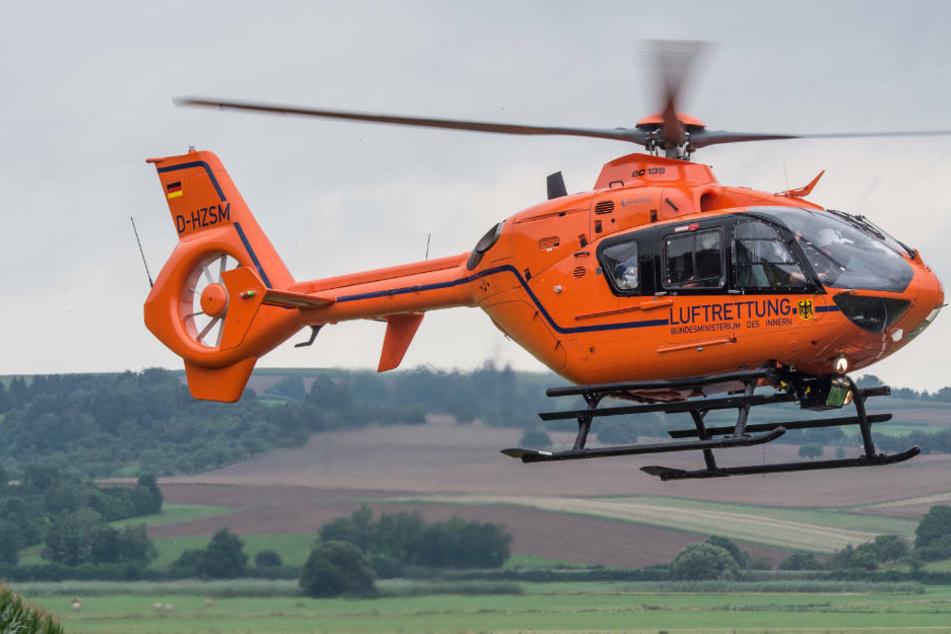 Der Notarzt wurde mit dem Rettungshubschrauber zum Auto der Eltern des neugeborenen Mädchens geflogen.