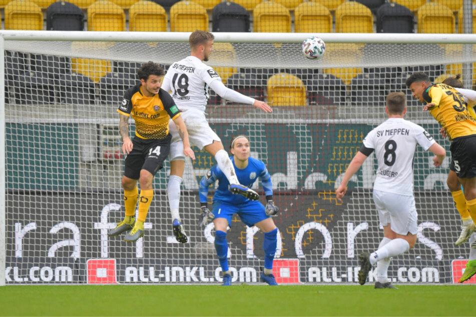 Hoch in der Luft stehen die Dresdner Angreifer Philipp Hosiner und Ransdorf Königsdörffer. Beide erzielten gegen Meppen einer Treffer.