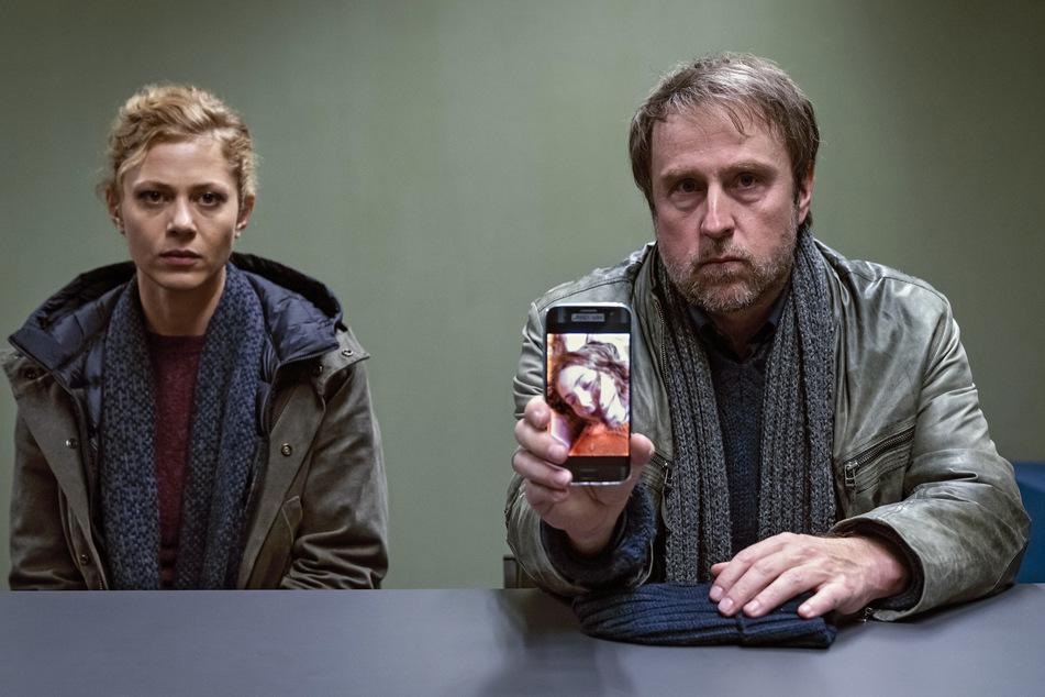 Kommissar Peter Nadler (Bjarne Mädel, 52) und seine Kollegin Lansky (Katharina Schlothauer, 35) suchen nach der entführten Lisa.