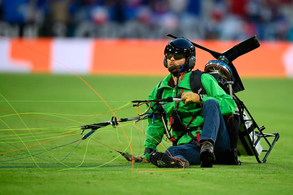 Wegen einer Notlandung krachte ein Aktivist zuerst gegen Zuschauer und schließlich auf das Spielfeld.
