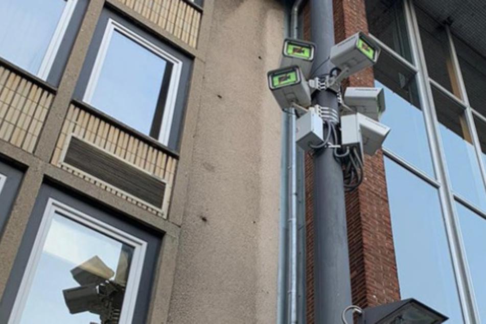 An der Domplatte am Kölner Dom erhalten einige Kameras jetzt Rolladen. Bei Versammlungen werden sie runtergefahren, die Kameras sollen nicht aufzeichnen.