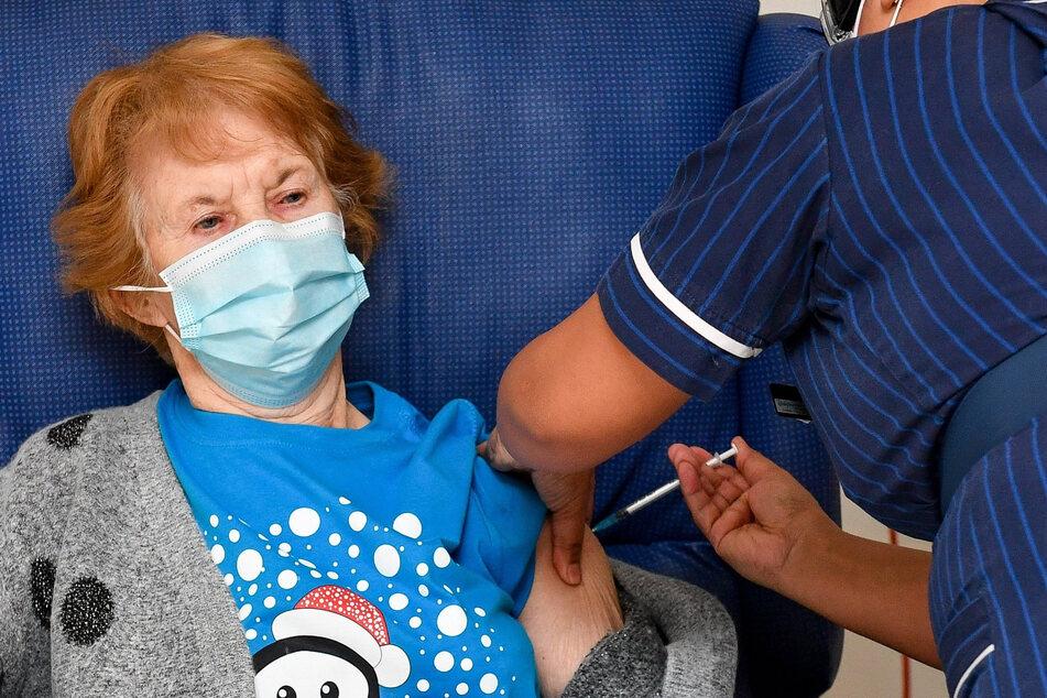 Sie war die Erste: Am 8. Dezember 2020 erhielt Margaret Keenan (zu dem Zeitpunkt 90 Jahre alt) ihren Piks gegen das Coronavirus.