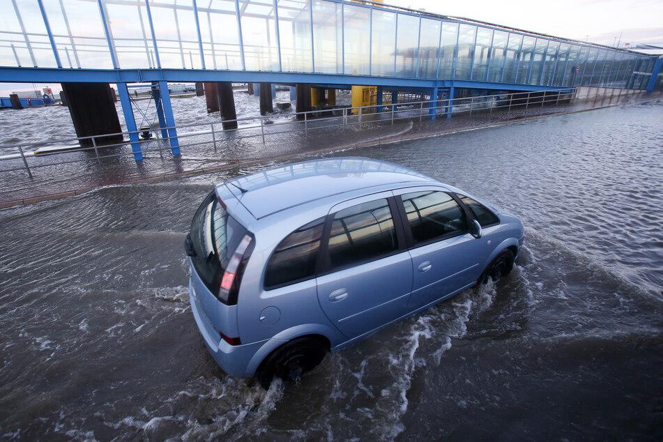 Schleswig-Holstein: An der Mole des Fähranlegers am Hafen von Dagebüll bei der Sturmflut.