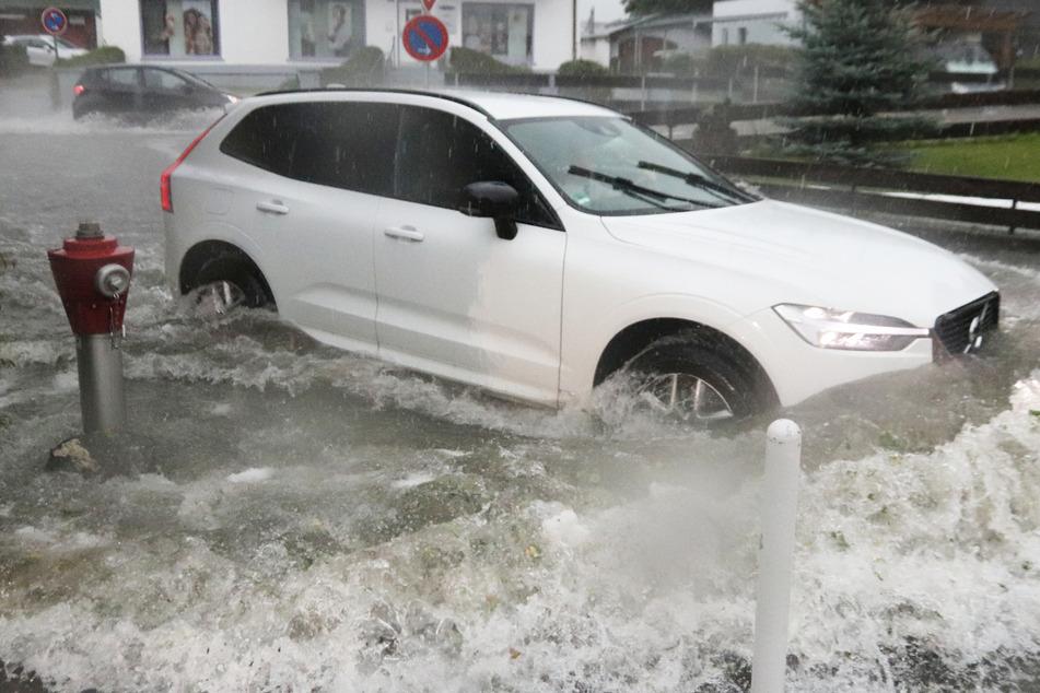 Heftige Gewitter mit Starkregen haben am frühen Montagabend in Südbayern erneut für Überschwemmungen gesorgt.