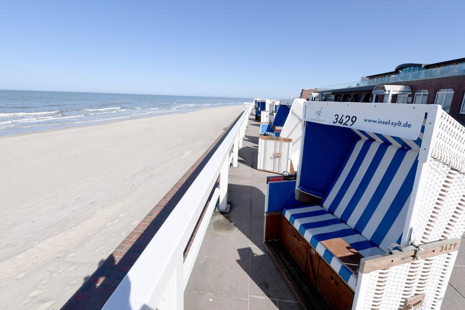 Strandkörbe stehen an der Promenade auf Sylt.