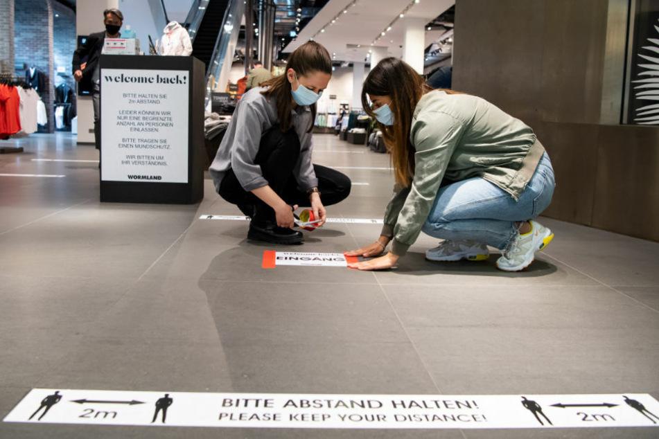 """""""Maskenlos durch die Stadt"""": Maskengegner ziehen durch Mall of Berlin"""
