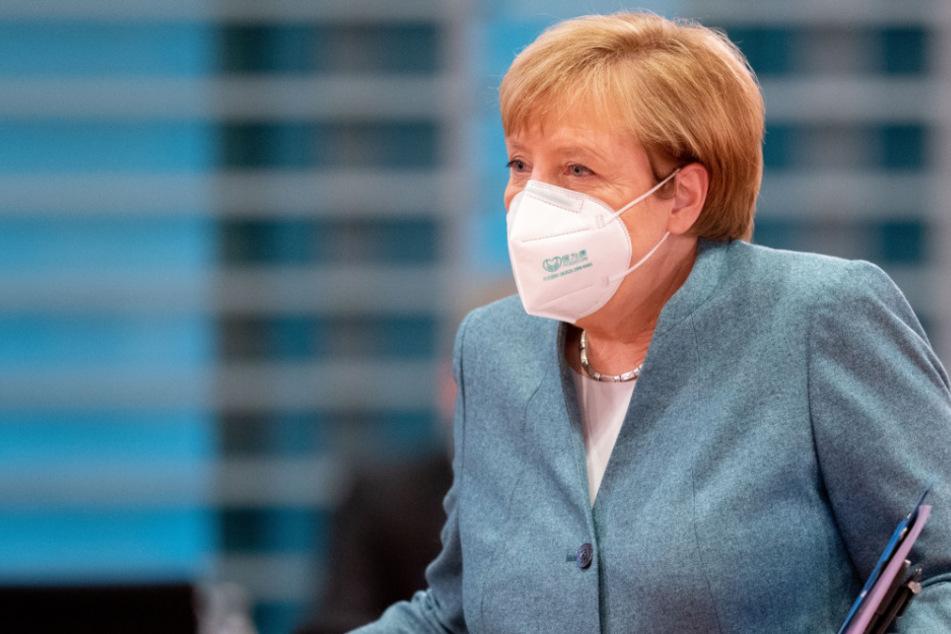 Bundeskanzlerin Angela Merkel kommt mit einer Mund-Nasenbedeckung zur Sitzung des Bundeskabinetts im Bundeskanzleramt.