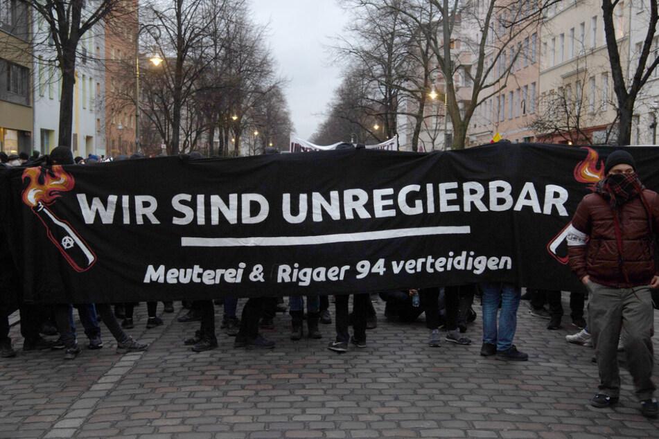 """Menschen demonstrieren gegen die Räumung der Szene-Kneipe """"Meuterei"""" mit einem Banner mit der Aufschrift """"Wir sind unregierbar"""" in der Reichenberger Straße."""