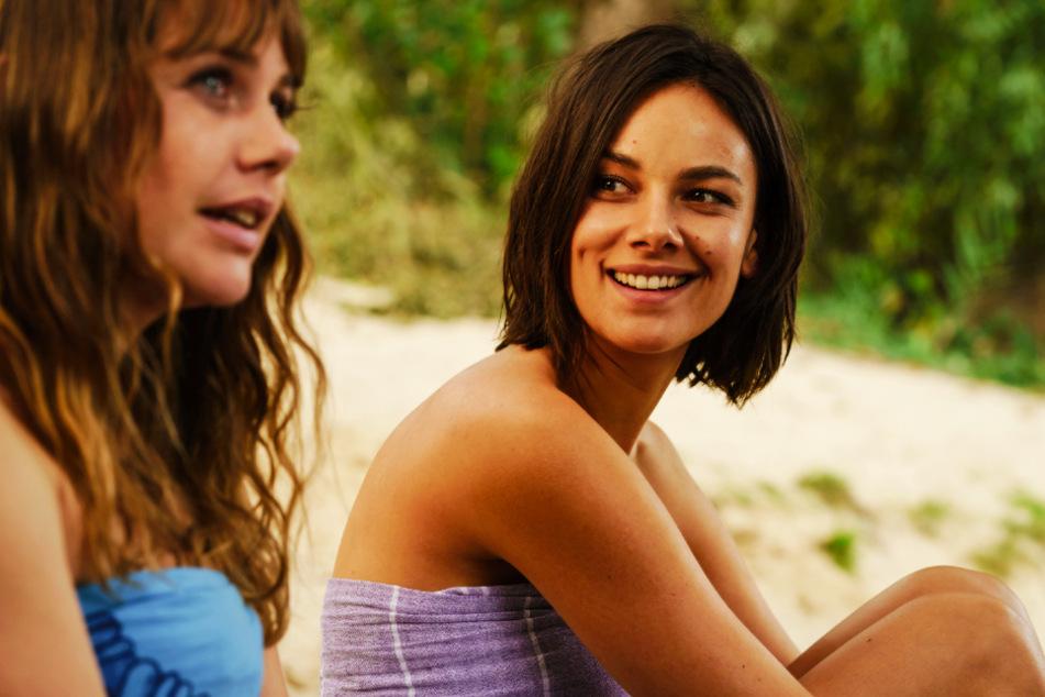 Lolle (l., Felicitas Woll) lernt auf ihrem Abenteuer Dana (Janina Uhse) kennen.