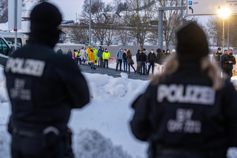Zahlreiche Menschen warten vor einer Corona-Teststation an der deutsch-tschechischen Grenze bei Furth im Wald.