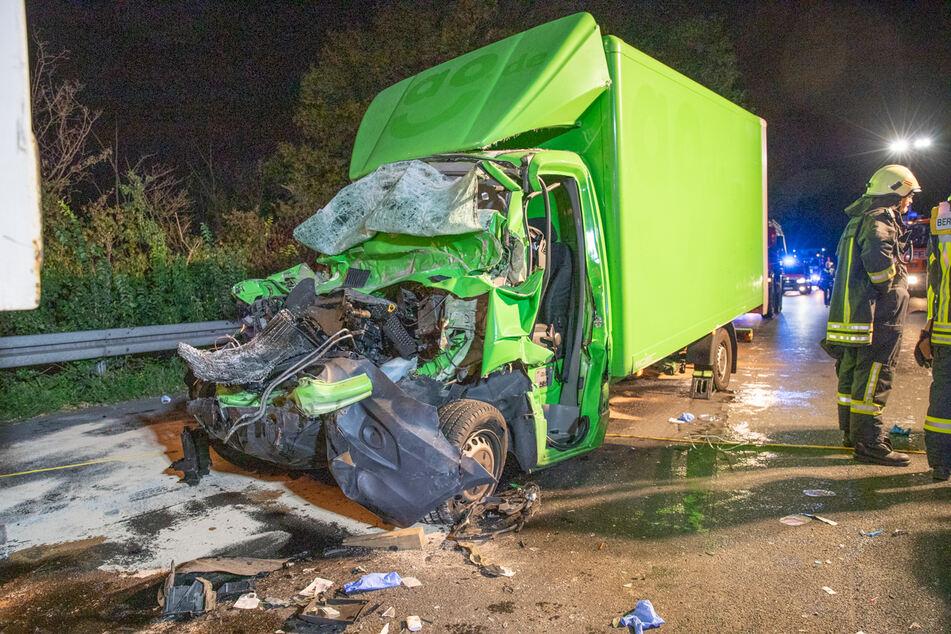 Tödlicher Unfall auf A57 bei Köln: Fahrer in Wrack eingeklemmt