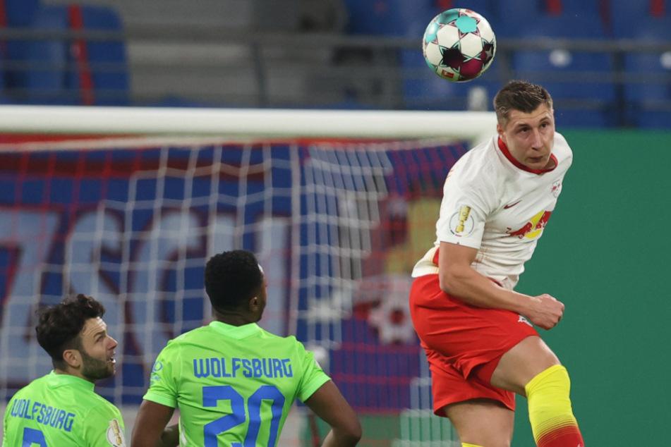 Willi Orban (28/r.) zog trotz früher Verletzung die komplette erste Halbzeit durch. In der Pause wurde er durch Amadou Haidara (23) ersetzt.