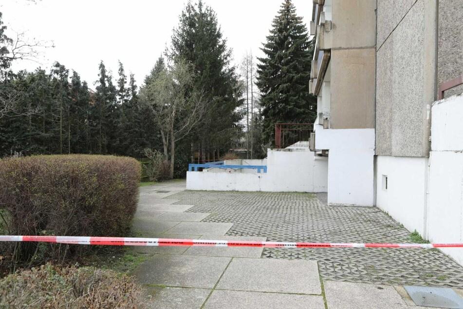 Vor einem neunstöckigen Hochhaus wurde die Leiche gefunden.