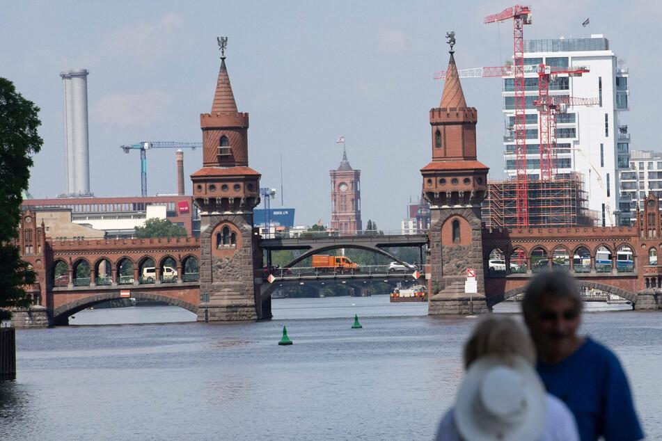 An der Oberbaumbrücke trafen sich Rad- und Bootsfahrer von Extinction Rebellion.