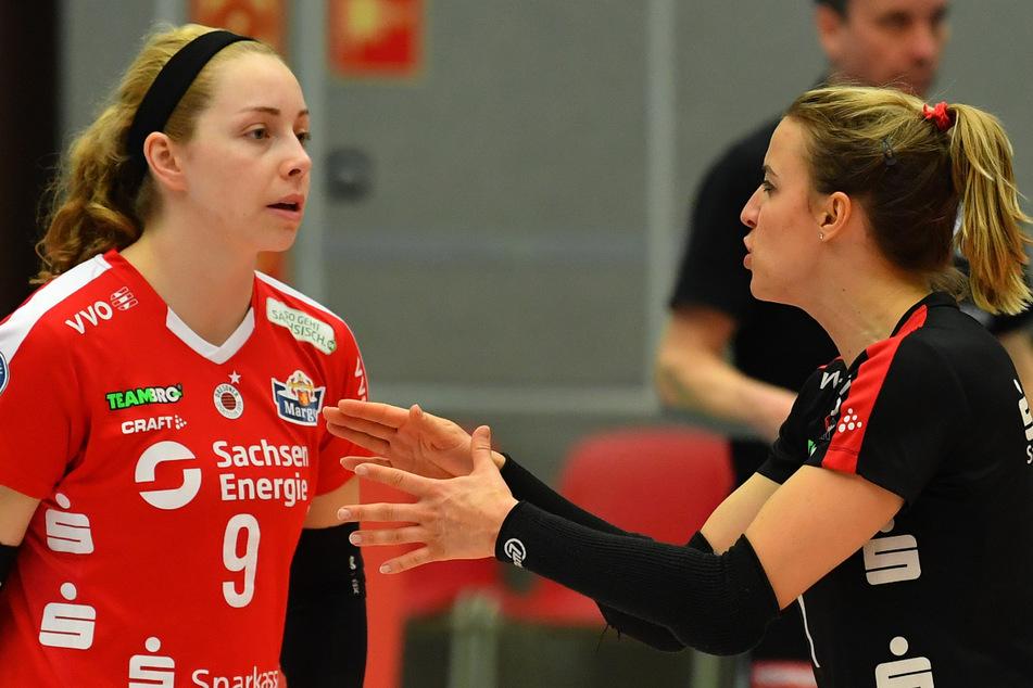 Morgan Hentz (l.) und Lenka Dürr sprechen sich ab, damit kein Ball des Gegners im Feld des DSC landet.
