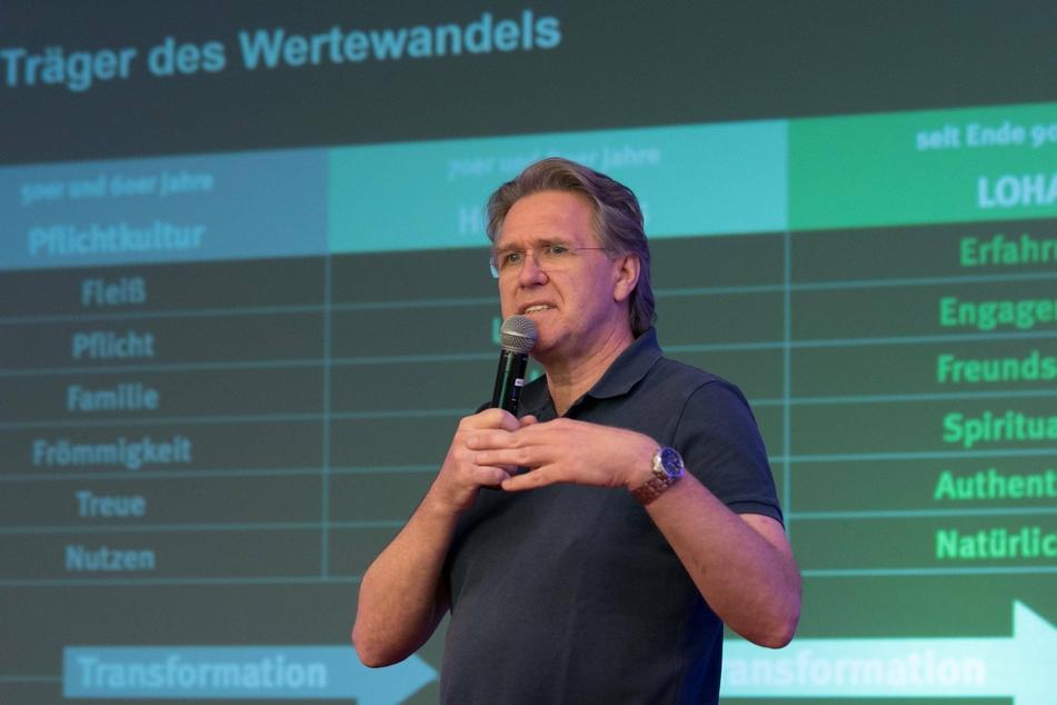 Trendforscher Eike Wenzel (54) kritisiert die Eigenwahrnehmung im Fußball und spricht von Selbstüberschätzung.