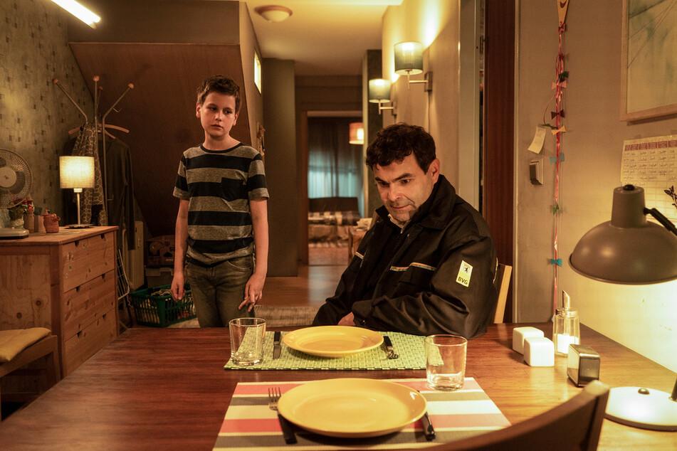 Wer muss sich um wen kümmern? Bendix (Mika Tritto, l.) hat für das Abendessen mit Vater Fabian (Andreas Döhler, r.) alles vorbereitet.