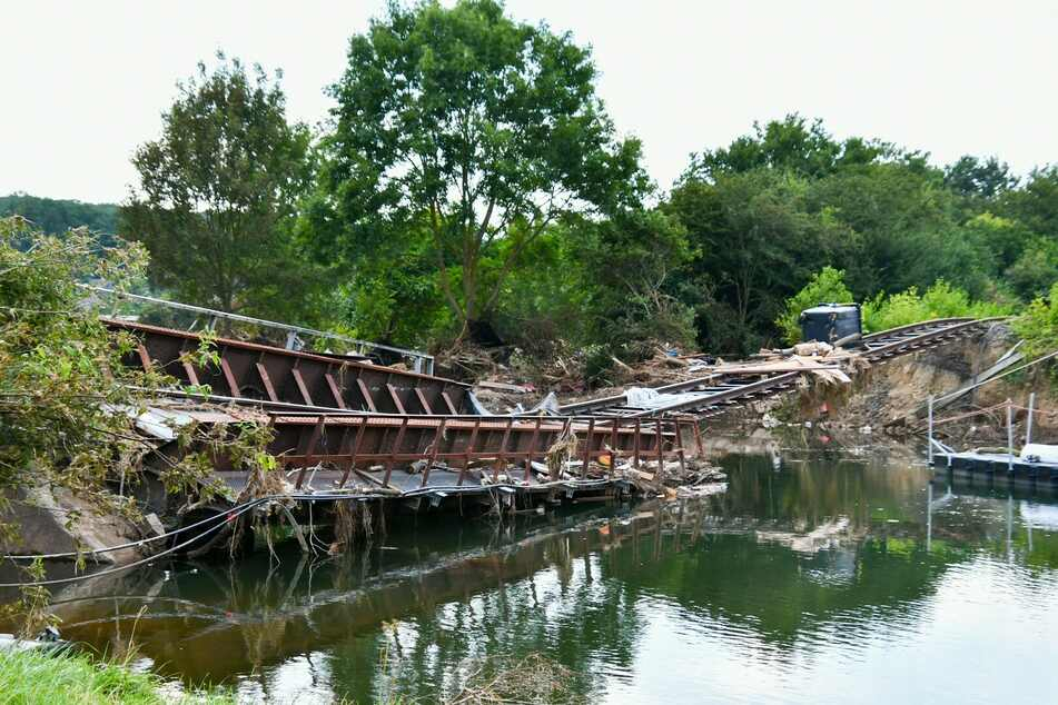 Die Brücke bei Euskirchen wurde durch das Unwetter zerstört und soll am Sonntag gesprengt werden.