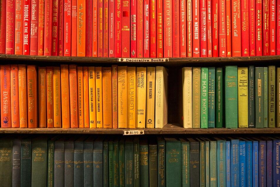 Wer nicht ausmisten will, kann alternativ Buchrücken nach Farbe sortieren und so einen besonderen Effekt erzielen.