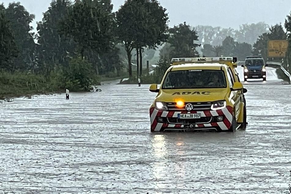 Straßen und Fußgängerwege sind in vielen Regionen Bayerns bereits unter Wasser.