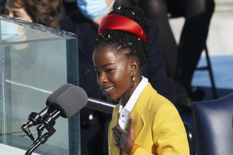 Kurz vor Beginn des Super Bowls hat die 22-jährige US-Star-Poetin Amanda Gorman ein Gedicht zu Ehren der Arbeiten in der Corona-Krise vorgetragen.