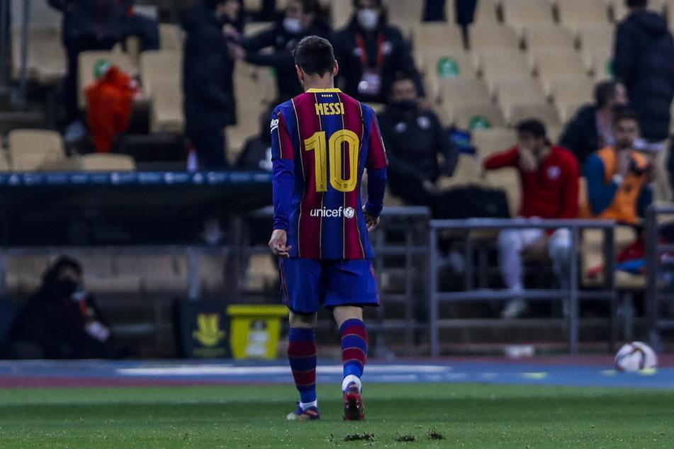 Nach seinem Platzverweis muss der Barca-Kapitän mit gesenktem Kopf das Feld verlassen.
