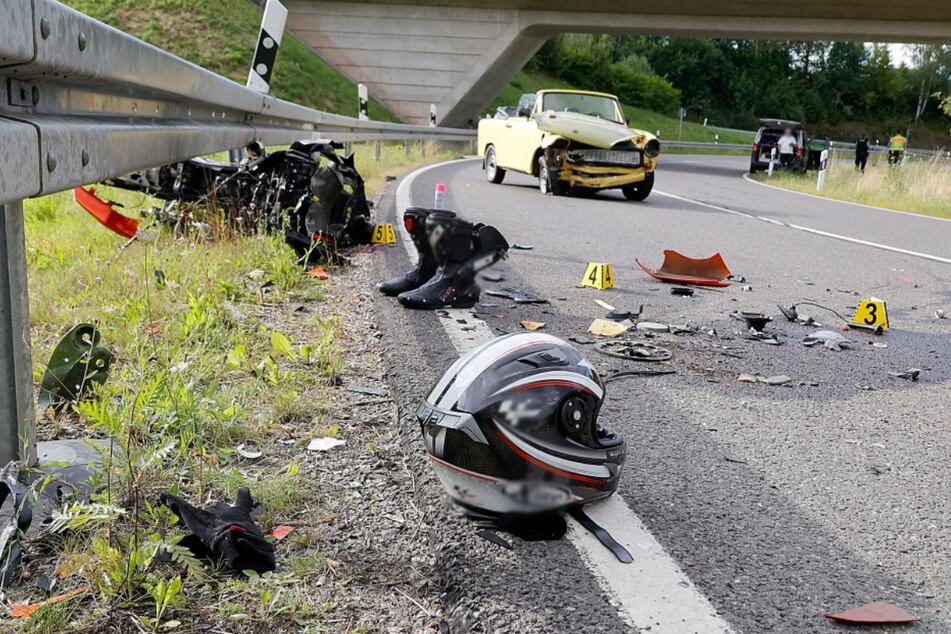 Biker kollidiert frontal mit Trabi: Zwei Verletzte bei schwerem Unfall