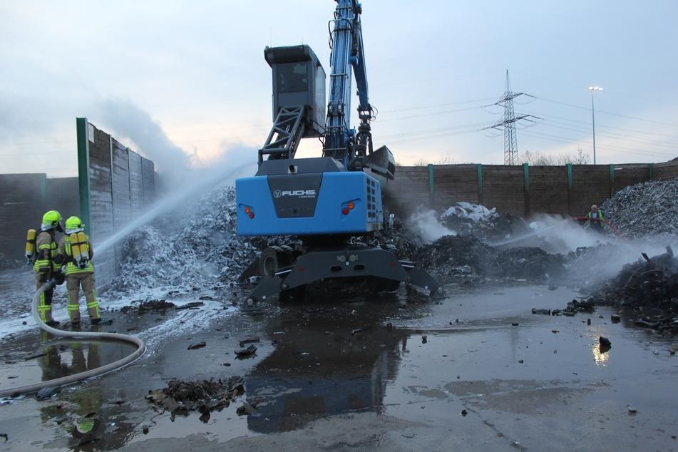 Mehrere Feuerwehren waren am Dienstagmorgen auf einem Recycling-Gelände in Espenhain im Einsatz.