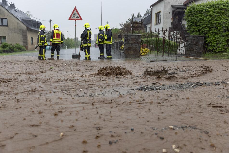 In Annaberg-Buchholz regnete es am Montagabend wie aus Eimern. Die Feuerwehr kämpfte gegen die Wassermassen.