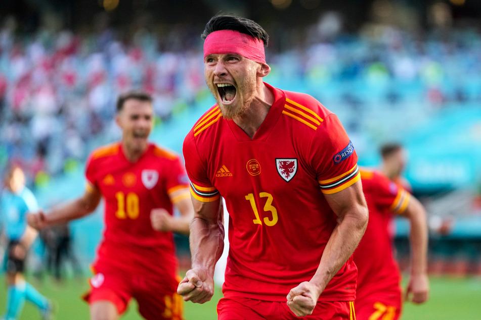 Kieffer Moore jubelt! Für seinen Verein, den englischen Zweitligisten Cardiff City FC, netzte er in der abgelaufenen Saison in 42 Einsätzen 20-mal ein und gab zwei Vorlagen. Nun bescherte er Wales mit seinem ersten EM-Tor einen Punkt gegen die Schweiz.