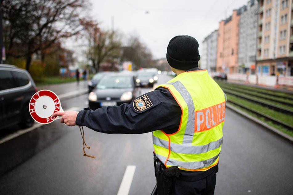Im Zuge der neu auferlegten Ausgangsbeschränkungen befragt die Polizei die Insassen von Fahrzeugen nach dem Grund und der Notwendigkeit ihrer Fahrt.