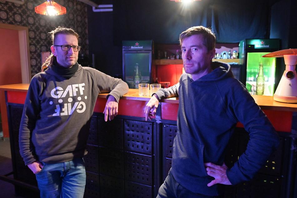 """Kai Winkler (41, l.) setzt sich mit der Interessenvertretung """"Hand in Hand"""" für die hiesige Clubszene ein. Dazu gehört auch das Atomino mit Geschäftsführer Randy Fischer (45)."""